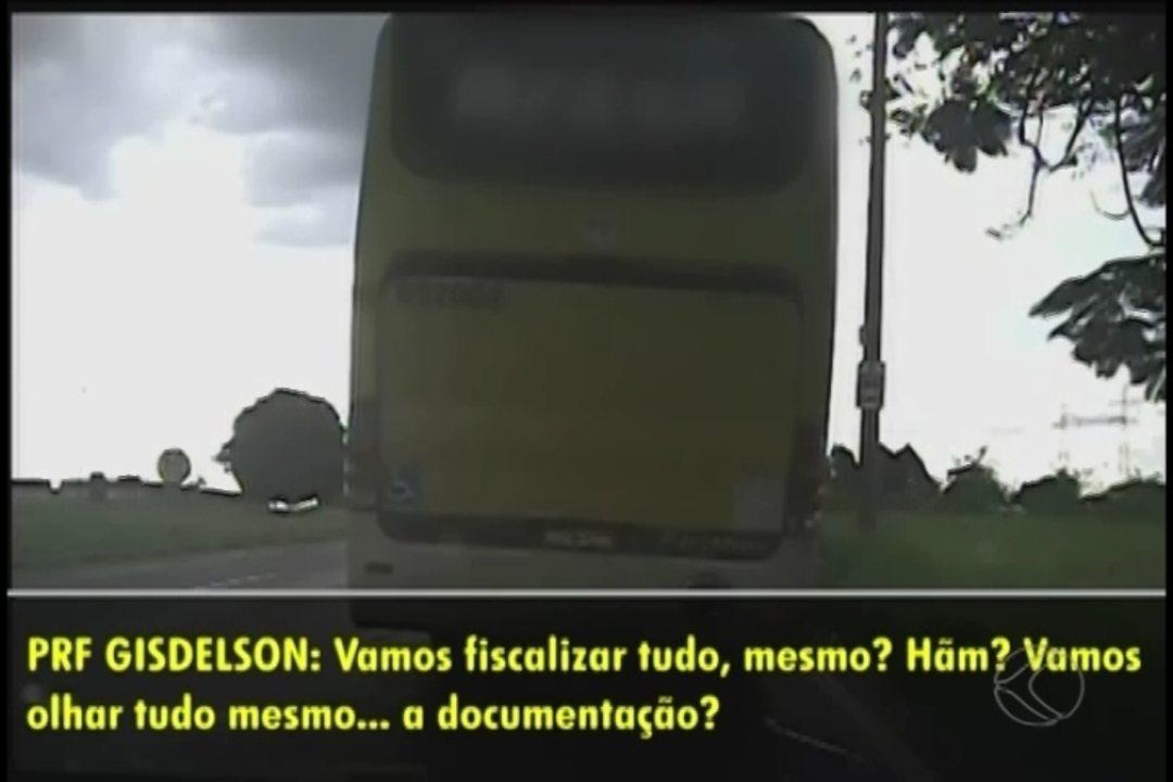 Conversa entre policiais e motorista