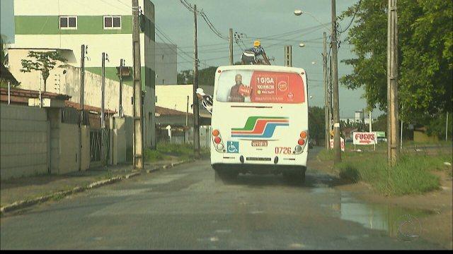 'Surfista' foi flagrado em cima de ônibus no trânsito de João Pessoa, antes de jogo entre Botafogo-PB e Sampaio Corrêa
