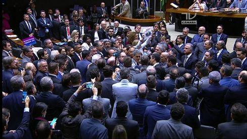 Deputados começam nova confusão no plenário, com empurra-empurra