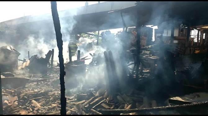 Bombeiros trabalham em local que foi tomado por fogo no Jaguaré