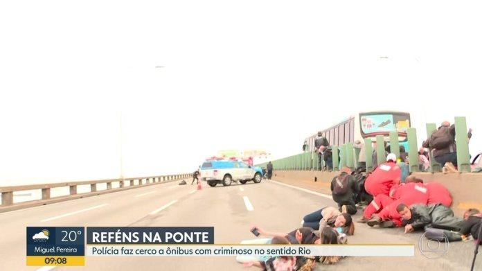 Tiros são ouvidos na Ponte Rio-Niterói durante cerco a ônibus