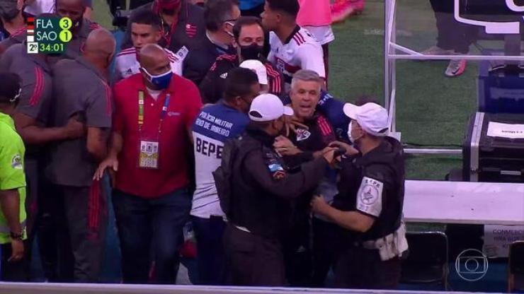 Aos 34 min do 2º tempo - confusão se instala e integrante da comissão técnica do São Paulo é expulso
