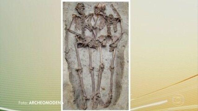 """Pesquisadores descobrem que esqueletos """"Os amantes de Modena"""" são homens"""