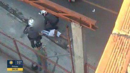 Jovem desmaia após ser estrangulado por policial militar durante abordagem
