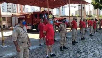 Bombeiros prestam homenagem a colega vítima da Covid-19