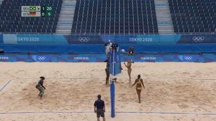 Vitória do Brasil! Rebecca larga no fundo da quadra e marca o último ponto do jogo