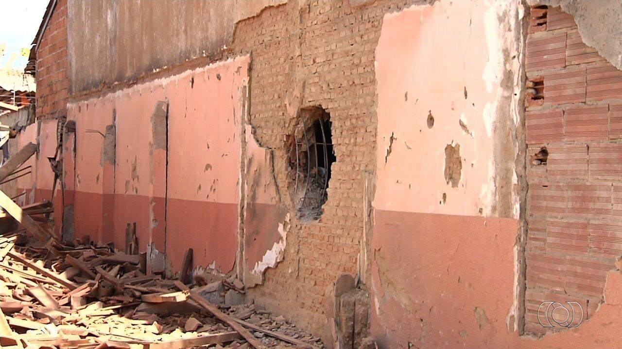 Casa é destruída após criminosos explodirem muro de presídio em Guapó