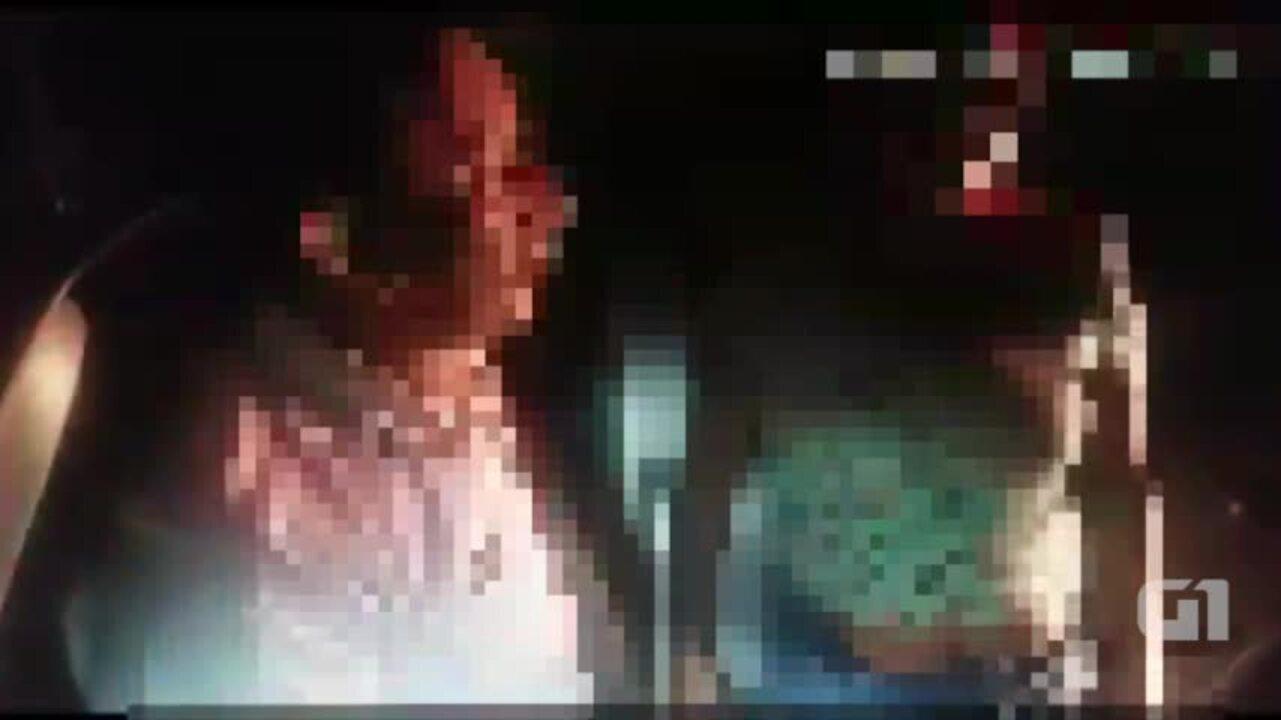 5965531 - Homem dirigindo bêbado e de cueca tenta vestir bermuda pela cabeça
