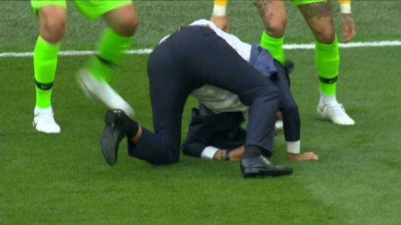 Tite leva um tombo na comemoração do primeiro gol do Brasil