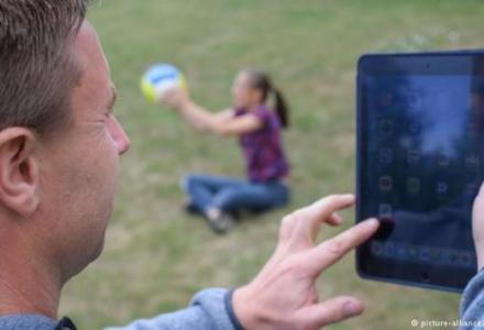 44336755_303_937185740 دراسة: انشغال الآباء بالهواتف يؤثر سلباً على الأطفال المزيد