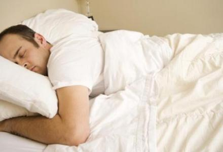 sleep_w_iStock_527399102 ما عدد ساعات النوم المثالي الذي يحتاجه الانسان خلال حياته؟ المزيد
