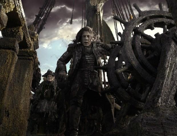 Молодой Джек Воробей на экранах вышел новый трейлер Пиратов Карибского моря 5