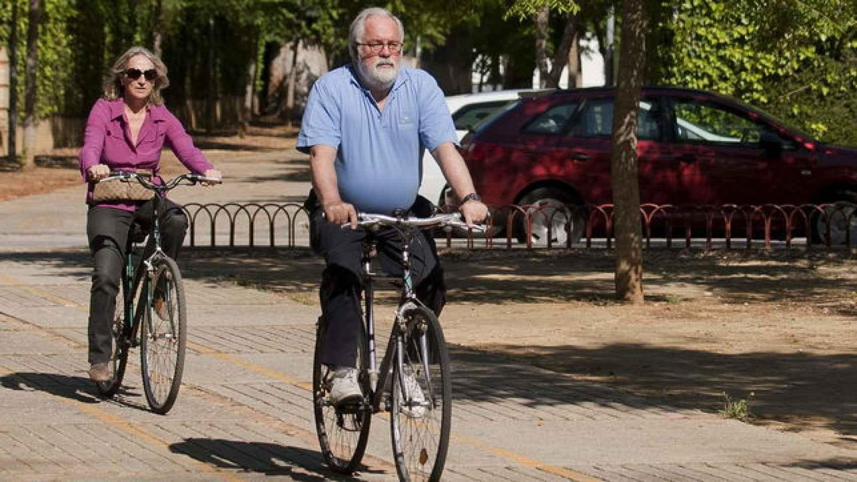 Arias Cañete y Micaela Domecq, en bici durante la jornada de reflexión en las elecciones europeas de 2014.