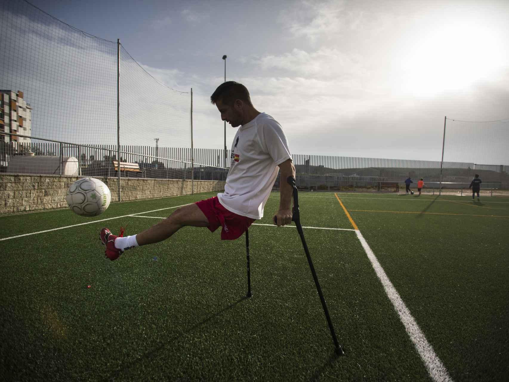 El jugador sevillano Francisco Vaquero, que perdió su pierna por un accidente laboral en el Puerto de Algeciras.