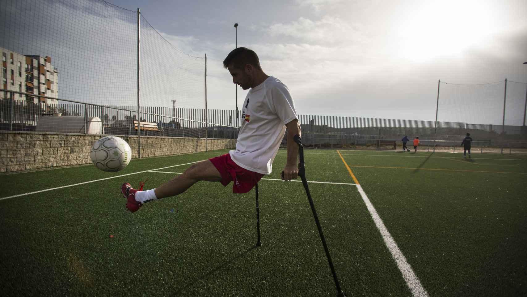 El jugador sevillano Francisco Vaquero, que perdió su pierna por un accidente laboral en el Puerto de Algeciras. Foto Fernando Ruso.