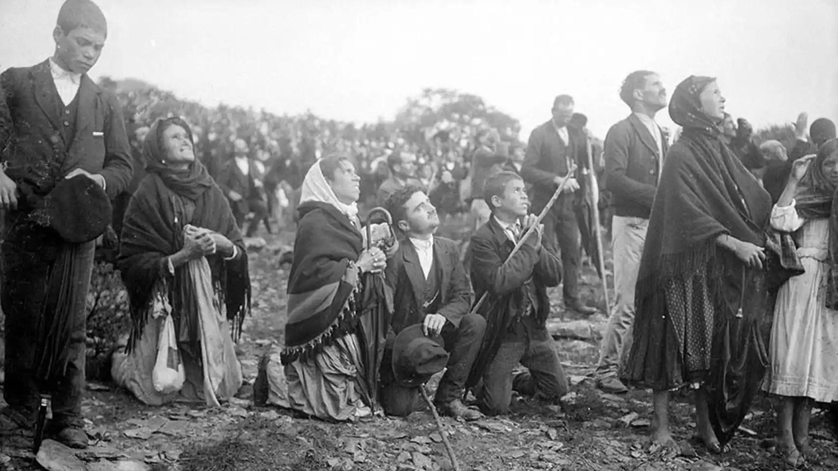 Los asistentes se arrodillaban ante el milagro del sol, el 13 de octubre de 1917.