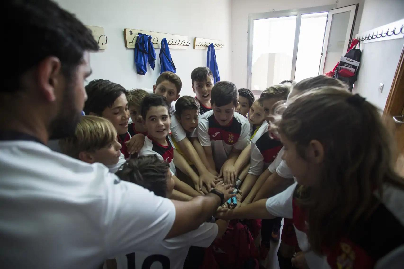 La Asociación Deportiva Albuñol lanzando vítores previos a saltar al campo.