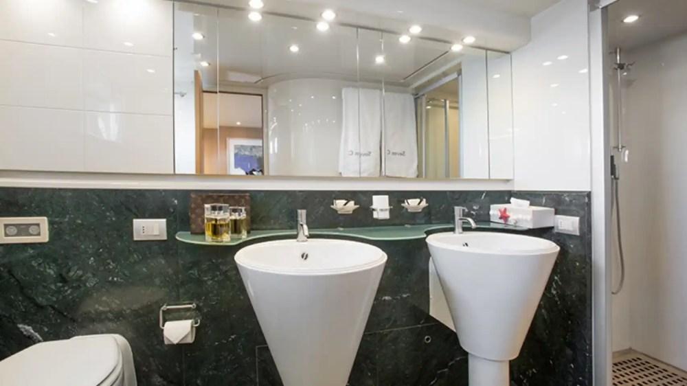 Dispone de baño en cada una de las cuatro habitaciones.