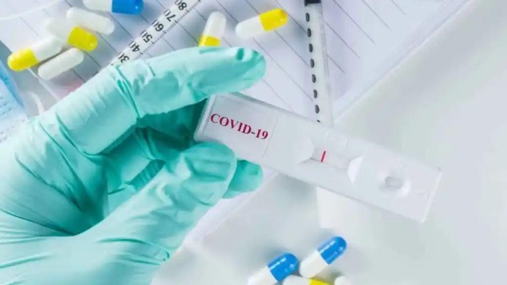 Un investigador sujeta un test para detectar el coronavirus.
