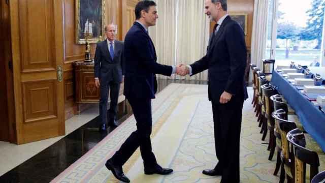 El Rey Felipe VI saluda al presidente del Gobierno, Pedro Sánchez.