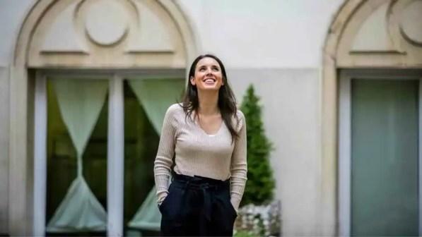Irene Montero posando en el Ministerio, en una imagen difundida en sus redes sociales.