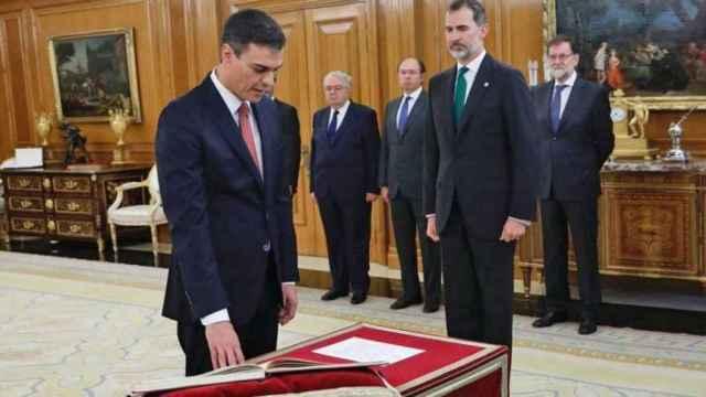 Pedro Sánchez jura el cargo de presidente ante el Rey.