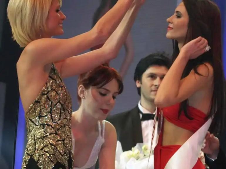 Paris Hilton presenting Leyla Lydia Tuğutlu with the Miss Turkey 2008 crown.