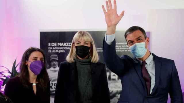 La actriz trans Daniela Santiago, entre Irene Montero y Pedro Sánchez, en la sede del Ministerio de Igualdad este lunes.
