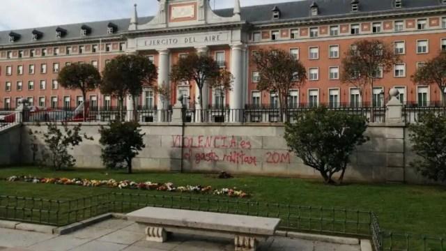 Pintada en el edificio histórico del Cuartel General del Ejército del Aire de Madrid