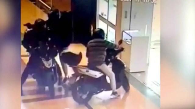 Los tres asaltantes subiéndose en las motos para huir tras el atraco a la joyería.