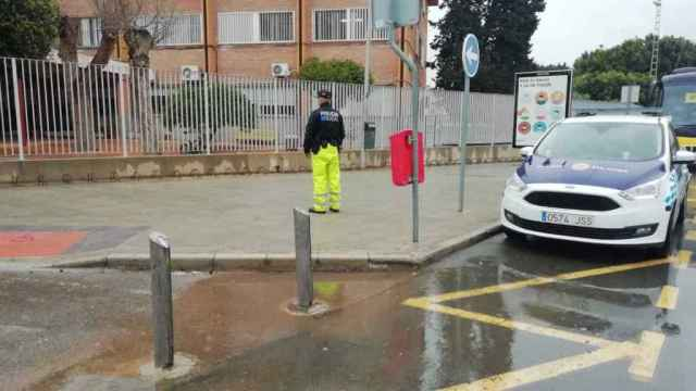 Un policía local de San Javier custodiando la puerta de acceso al IES Ruiz de Alda tras la amenaza de bomba.