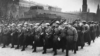 Soldados rusos desfilando por la Plaza Roja