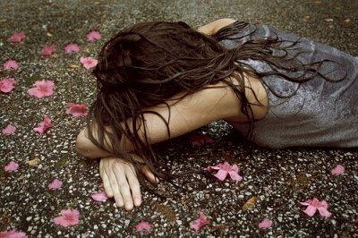 https://i2.wp.com/s1.favim.com/orig/15/flowers-girl-rain-sad-Favim.com-186746.jpg