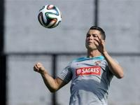 Cristiano Ronaldo wears knee brace in Portugal team practice
