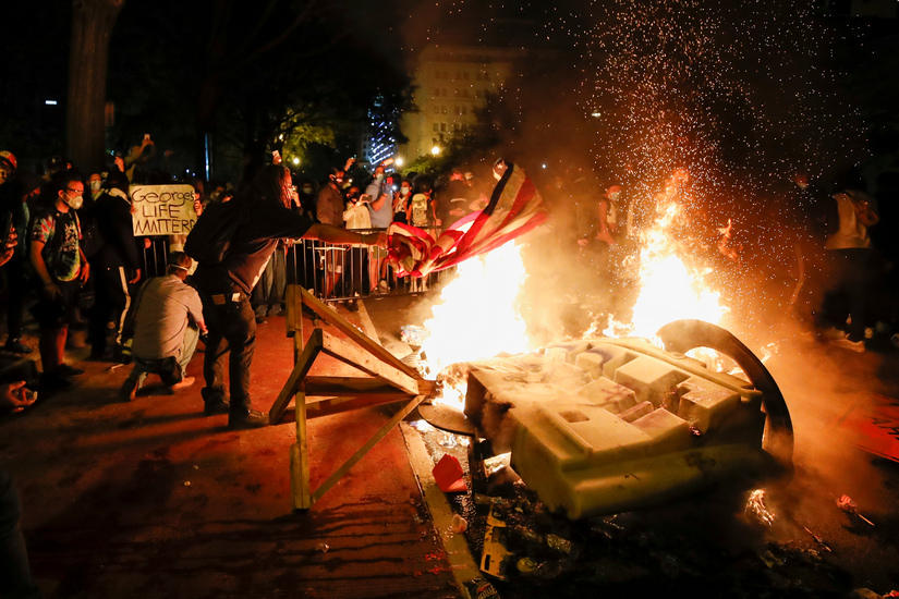 George Floyd death: Protesters set fires near White House, clash with DC police hours before curfew kicks in 2
