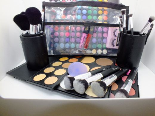 Complete professional makeup set from Royal Care Cosmetics: eyeshadow palettes, professional makeup brush sets and much more