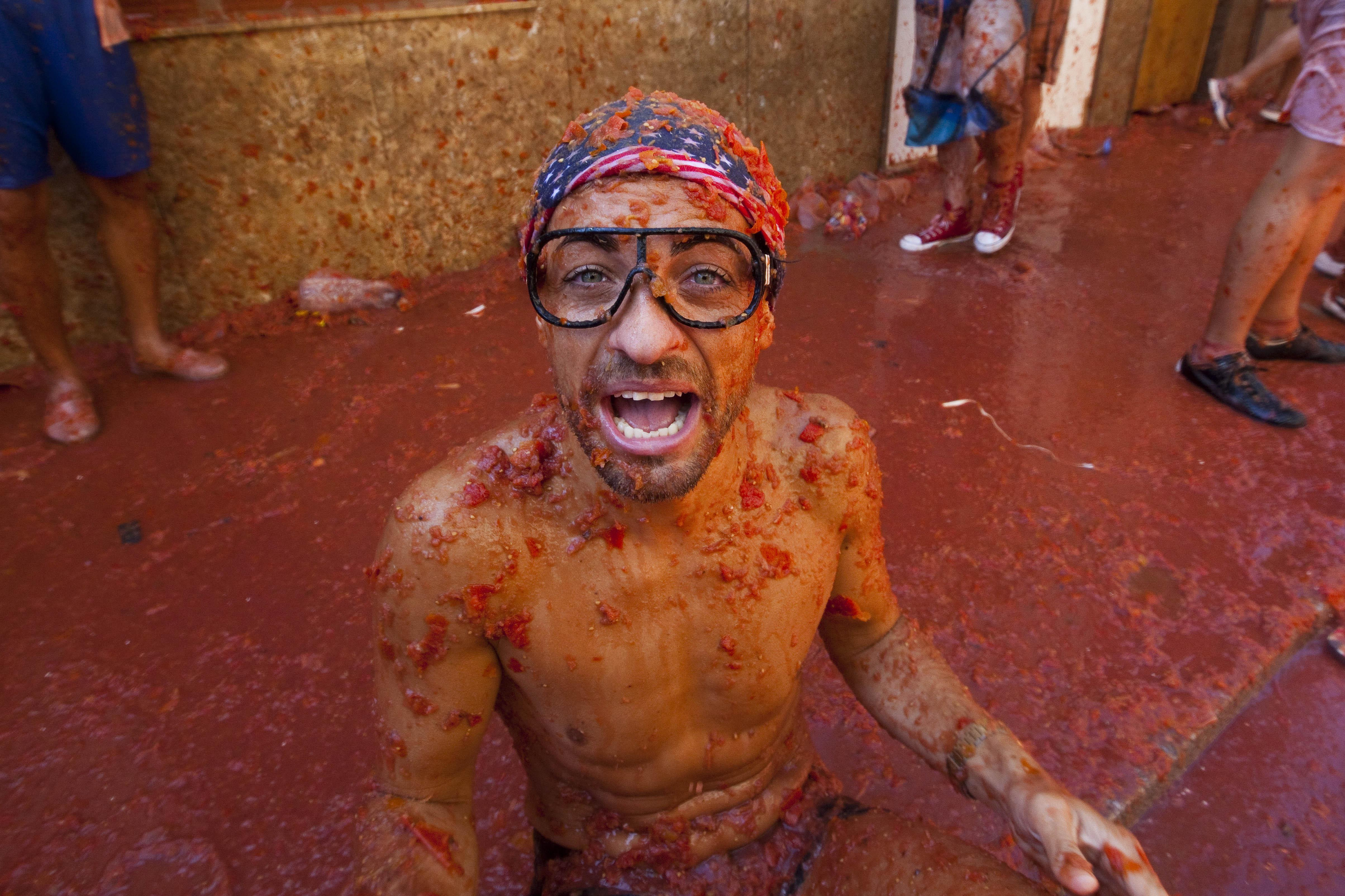 La Tomatina Festival Pictures Video Facts And History Of Spanish Tomato Throwing
