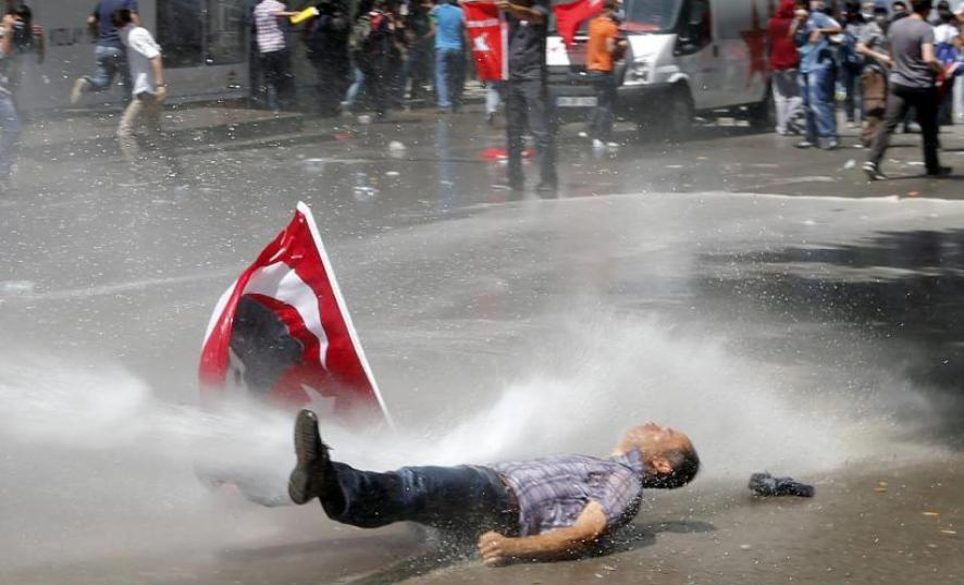 https://i2.wp.com/s1.ibtimes.com/sites/www.ibtimes.com/files/styles/v2_article_large/public/2013/06/03/turkey-ankara-riots-4.jpg?resize=886%2C538