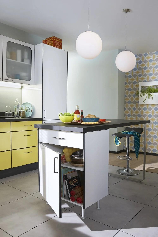 un ilot central bien integre dans cette cuisine au style vintage