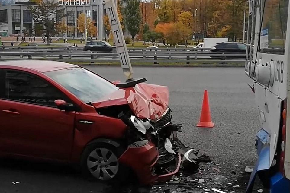 Два человека пострадали в ДТП с троллейбусом на севере Москвы