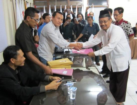 Ketua KPU Tulungagung, Suyitno Arman menyerahkan berkas hasil verifikasi dan rekapitulasi dokumen dukungan bakal calon bupati dan wakil bupati perseorangan pada salah seorang bakal calon, Shoniman Effendi.