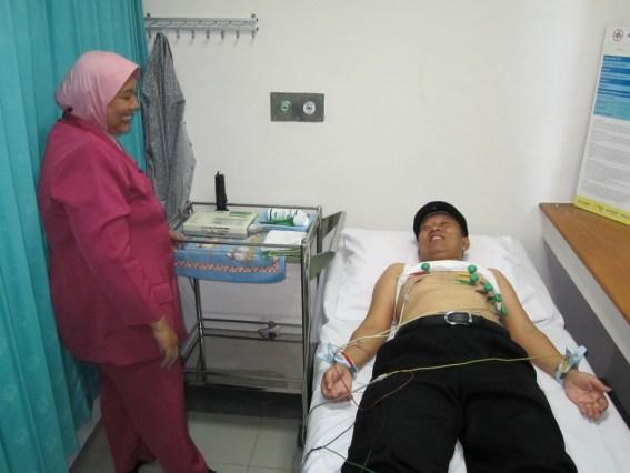 Salah seorang bacabup sedang diperiksa kesehatan jantungnya oleh tim dokter RSU dr Soetomo Surabaya.
