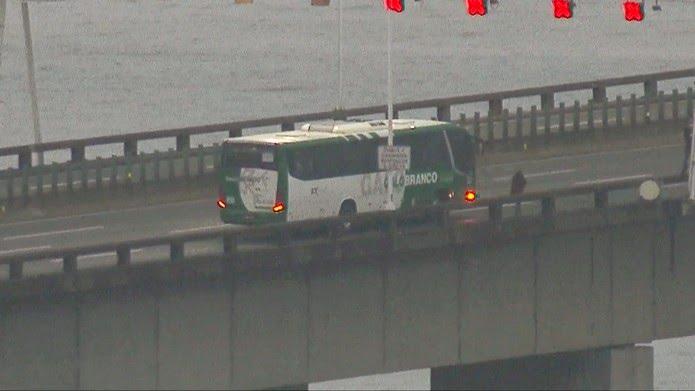 Momento em que uma pessoa é liberada do ônibus — Foto: Reprodução/TV Globo