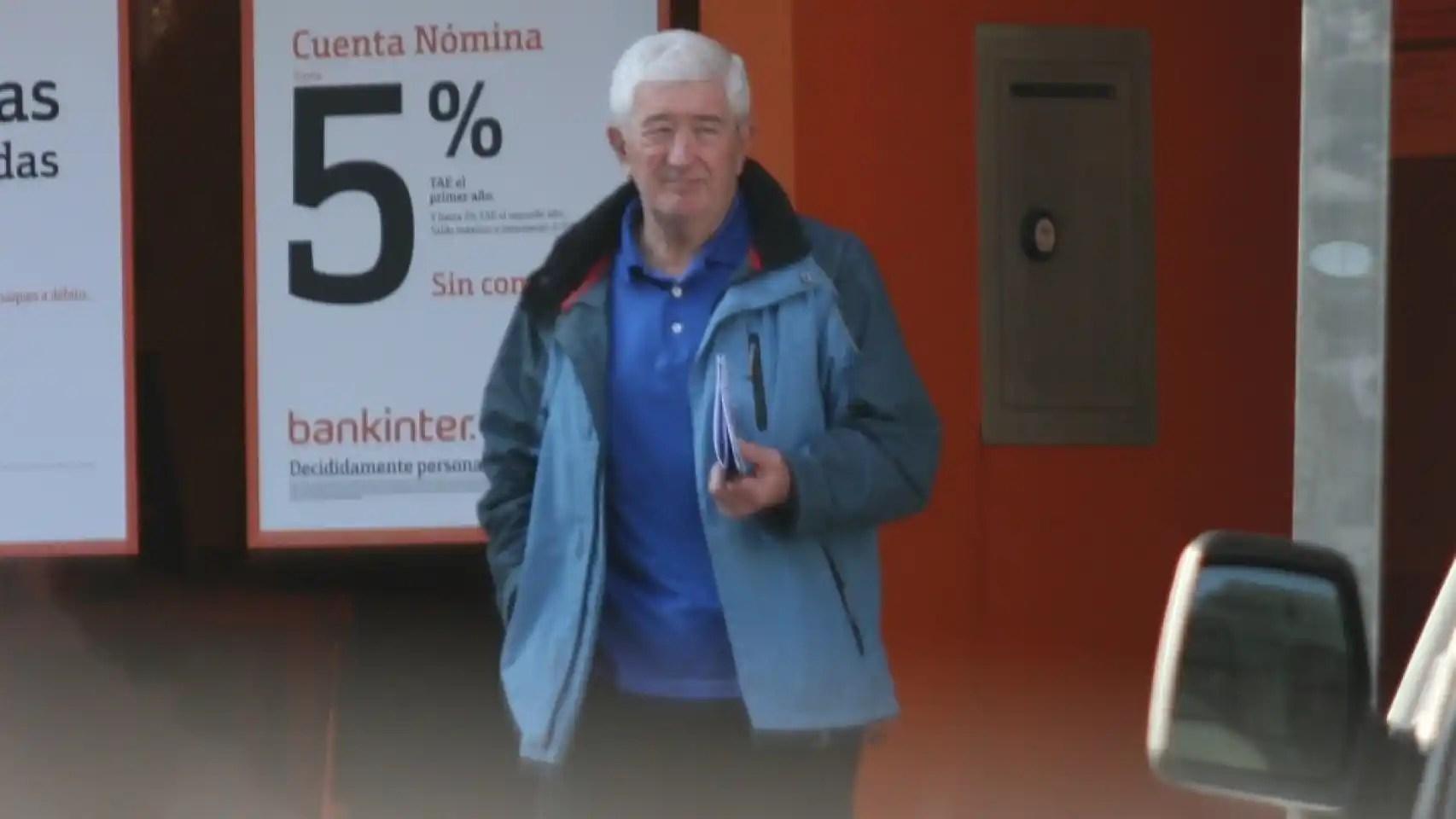 El coronel argentino sale de hacer recados en el banco.