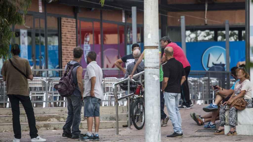 A pocos metros de la valla fronteriza con Gibraltar hay pequeños grupos de personas que pasan varias veces al día a por cartones de tabaco a la colonia británica.