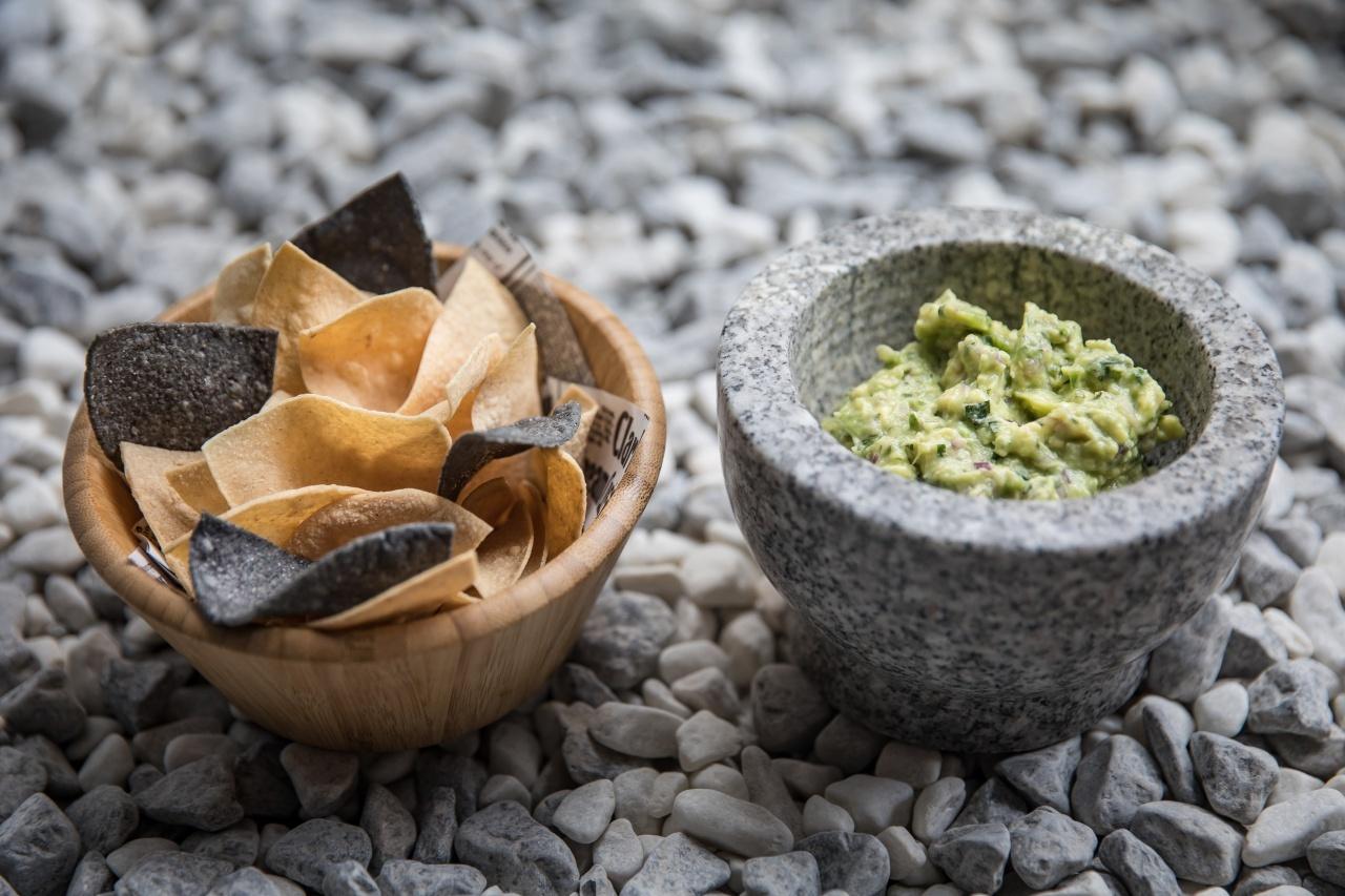 guacamole-casero-con-totopos-mawey-taco-bar