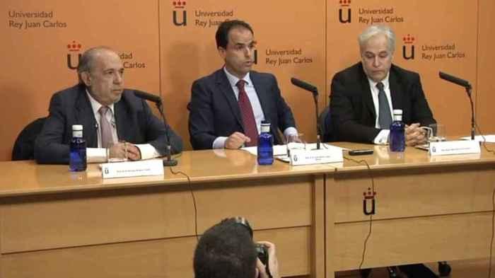 Enrique Álvarez, director del máster, el rector de la Universidad Rey Juan Carlos, Javier Ramos, y Pablo Chico, profesor del máster.