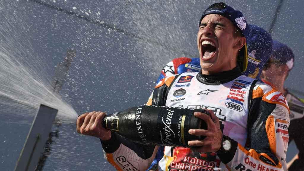Marc Márquez festeja con champán su victoria en el circuito Twin Ring Motegi.