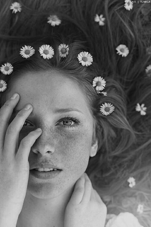 красиво, чёрно-белое, глаза, цветы, веснушки, гранж, волосы, хипстер, фотография, подросток, юноши, прикосновение, Tumblr