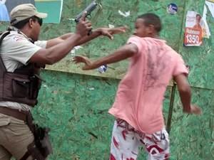 Em frente à Escola Ester Félix, no bairro de Fazenda Coutos, no subúrbio de Salvador (BA), um policial chegou a sacar a arma ao se desentender com um homem, após uma moto ser apreendida por suspeita de roubo (Foto: Lúcio Távora, A Tarde/Folhapress)